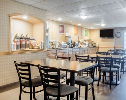 Enjoy breakfast in this seating area | Comfort Inn Rochester - Greece