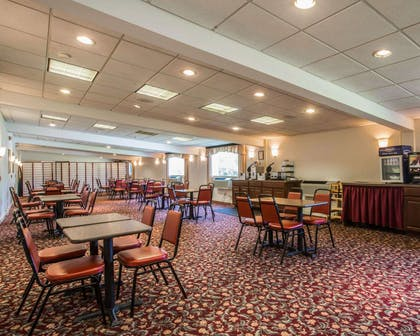 Breakfast room | Clarion Inn & Suites at the Outlets of Lake George
