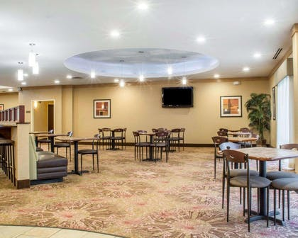 Enjoy breakfast in this spacious area | Comfort Suites Cicero - Syracuse North