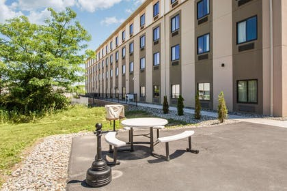 Barbecue area | Sleep Inn & Suites Middletown - Goshen