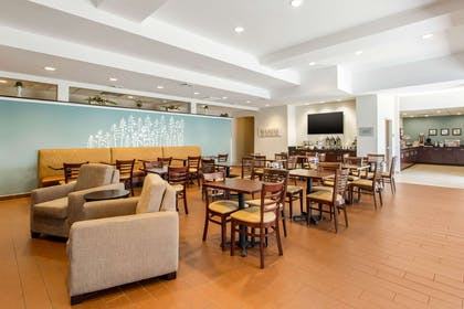 Enjoy breakfast in this seating area | Sleep Inn & Suites Middletown - Goshen