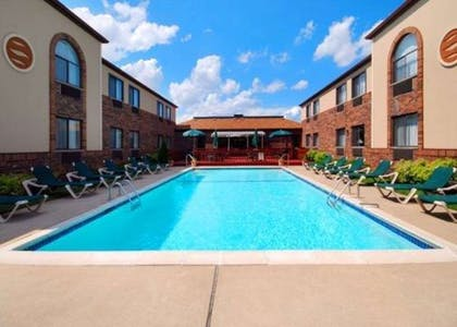 Outdoor pool | Comfort Inn East