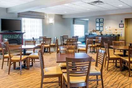 Enjoy breakfast in this seating area | Sleep Inn And Suites Oregon