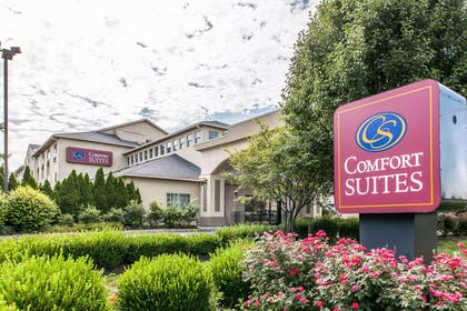 Beautifully landscaped hotel | Comfort Suites