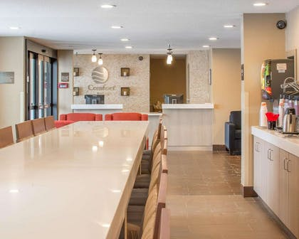 Enjoy breakfast in this seating area | Comfort Inn Mayfield Heights Cleveland East