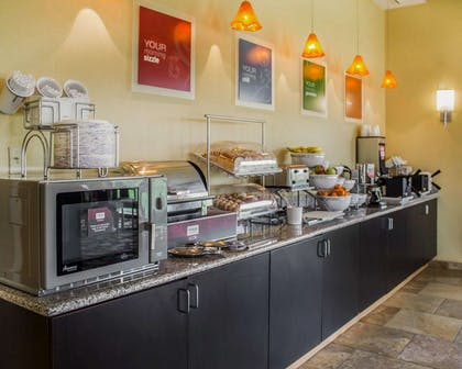 Hot and cold breakfast buffet | Comfort Suites East Broad at 270
