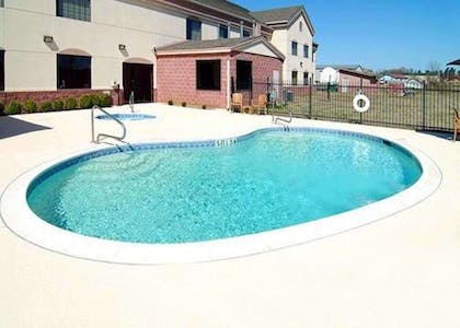Outdoor pool with hot tub | Comfort Suites Idabel