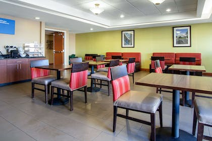 Enjoy breakfast in this seating area | Comfort Inn & Suites Norman near University