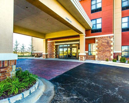 Hotel entrance | Comfort Inn & Suites Shawnee North near I-40