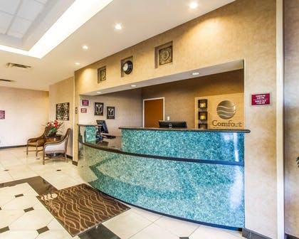 Front desk | Comfort Inn & Suites Shawnee North near I-40